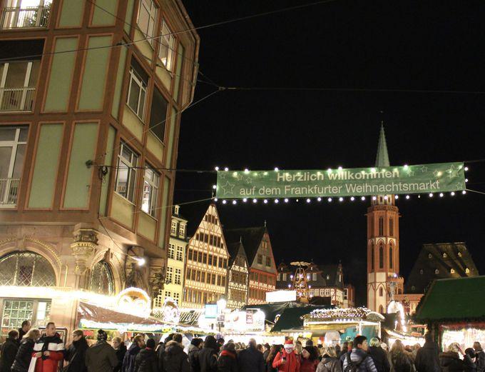中世の面影残すレーマー広場のクリスマスマーケットは極上の美しさ!