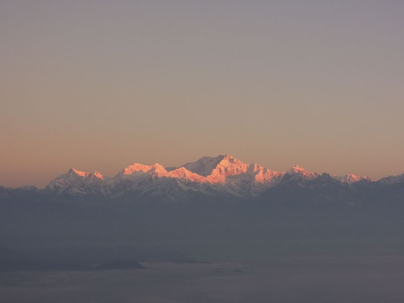 ヒマラヤの名峰「カンチェンジュンガ」の輝く瞬間に出会う