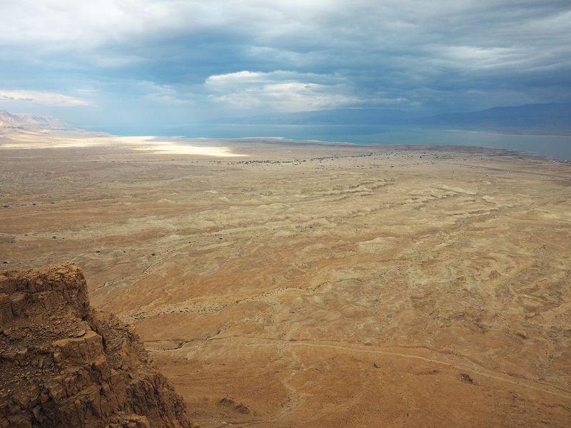 マサダ遺跡から、はるか死海を望む