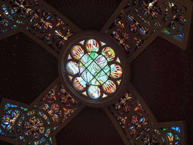 イエスが拷問を受けた地下牢と2階天井のステンドグラス