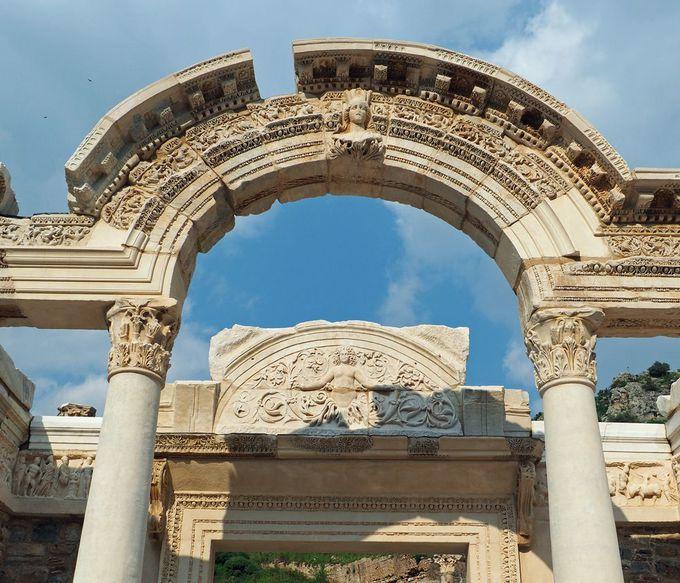 プリタネイオン(市役所)とハドリアヌス神殿