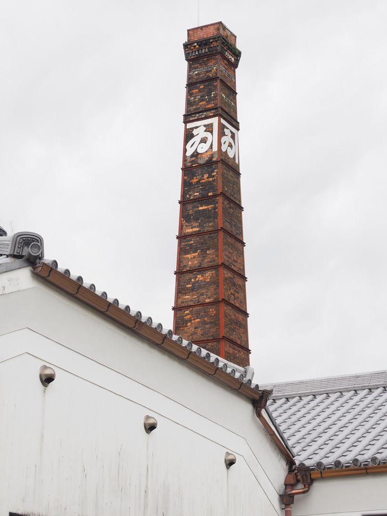 如来寺と醤油蔵の煙突