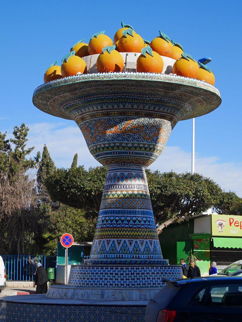 ナブールの街のシンボルはオレンジのモニュメント!
