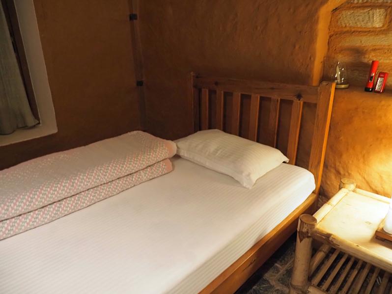 部屋はシンプルで清潔な山小屋風