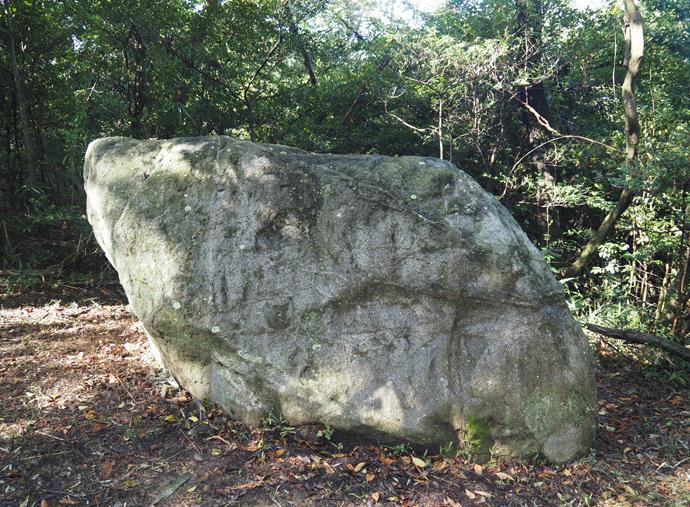 周辺の巨石群や歌碑を巡ろう!