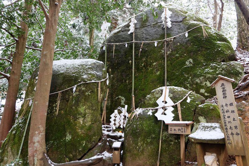 島根・奥出雲の須我神社奥宮に鎮座する夫婦岩は、神秘に満ちたパワースポット