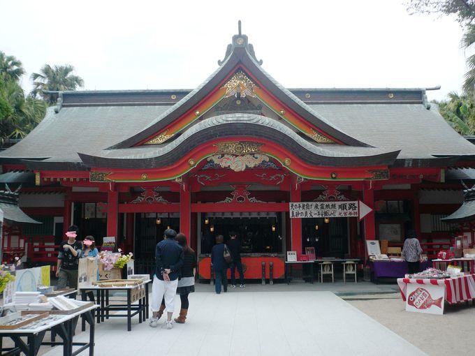 まるで龍宮城を思わせる朱色の青島神社