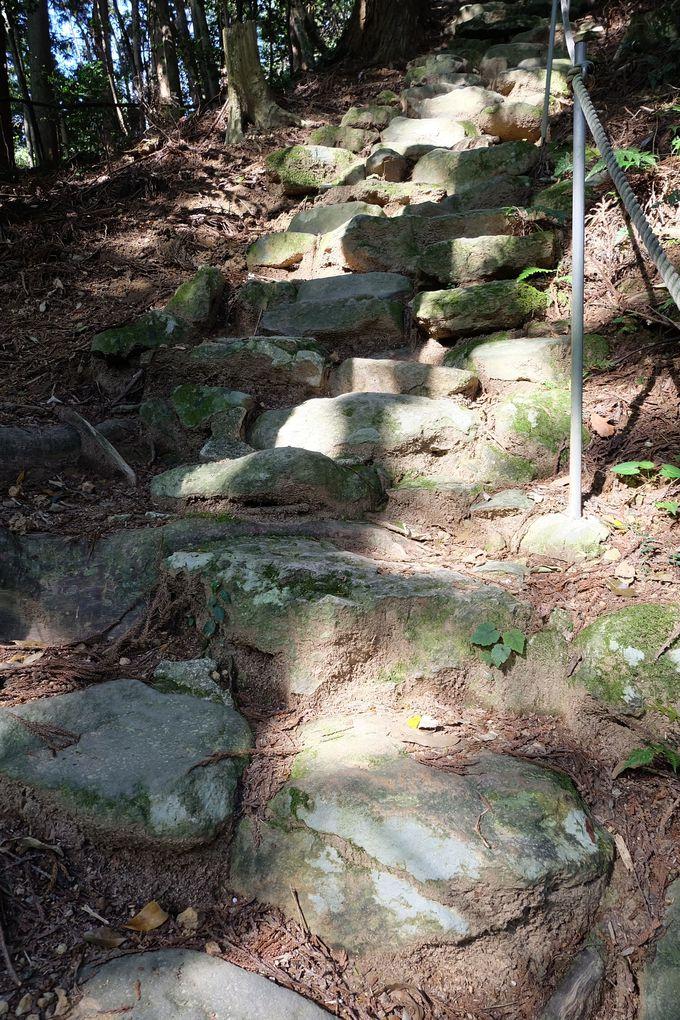 約300段の足場の悪い石段と巨石の数々・・