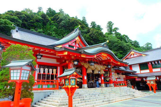 山々に囲まれた絢爛豪華な朱塗りの神殿