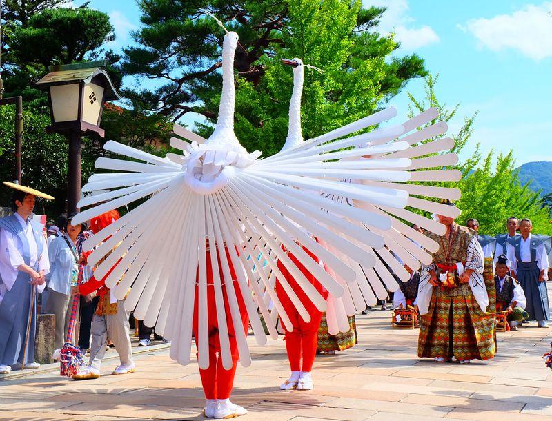 真っ白な羽が舞う!島根県津和野の「鷺舞(さぎまい)神事」