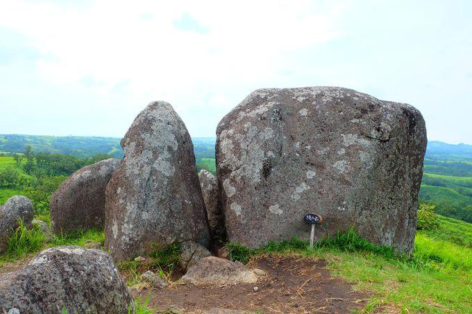 石の隙間は太古の時間を知る場所?!