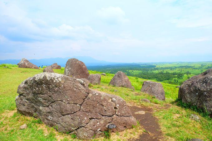 締め縄をまとった太陽石!阿蘇に佇む神秘のパワースポット「押戸石の丘」