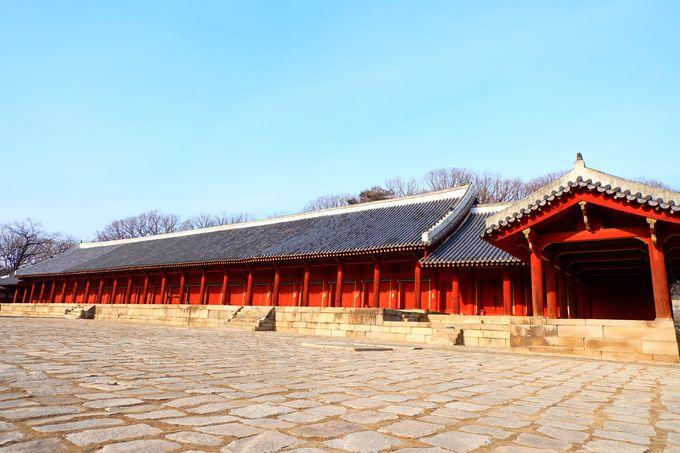 静寂な空間に歴代の王と妻が眠る宗廟