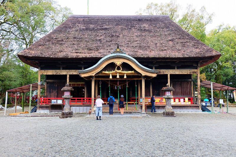 桃山様式の急こう配の茅葺屋根が印象的な拝殿