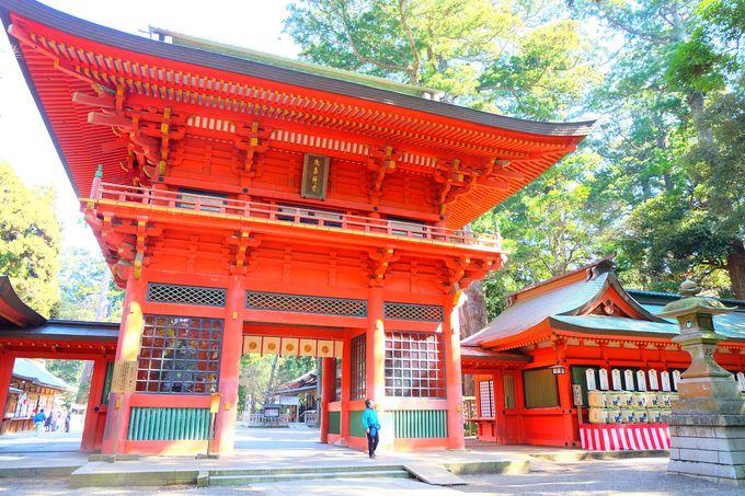 日本三大楼門の1つとして知られる壮麗な朱色の楼門