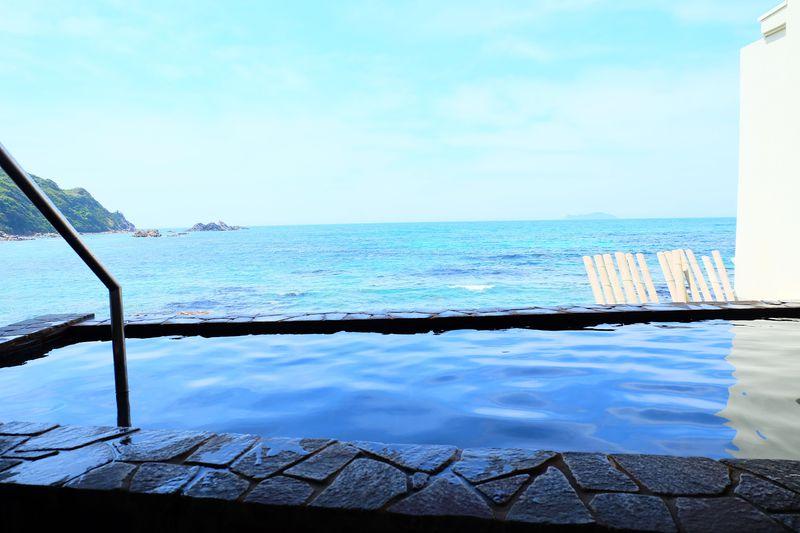 目の前はすぐ海!島根「荒磯館」露天風呂からの真っ青な海と夕陽が美しい