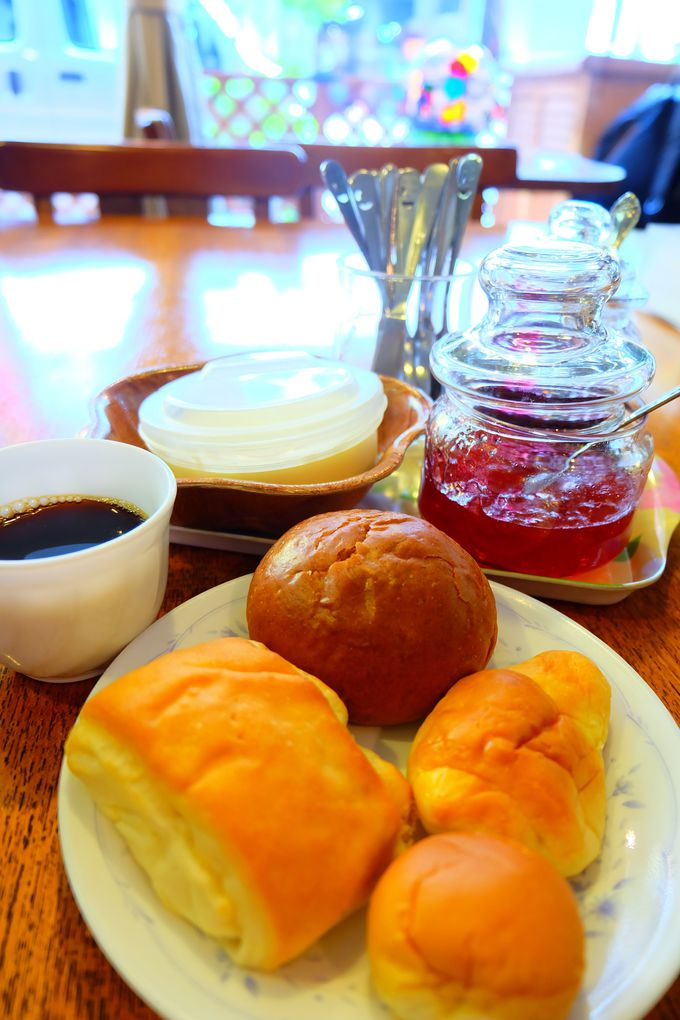 朝食は100円でパンが食べ放題