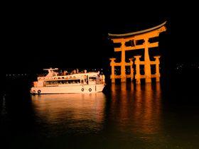 闇夜に浮かぶ大鳥居!宮島・厳島神社を船で参拝するナイトクルージング