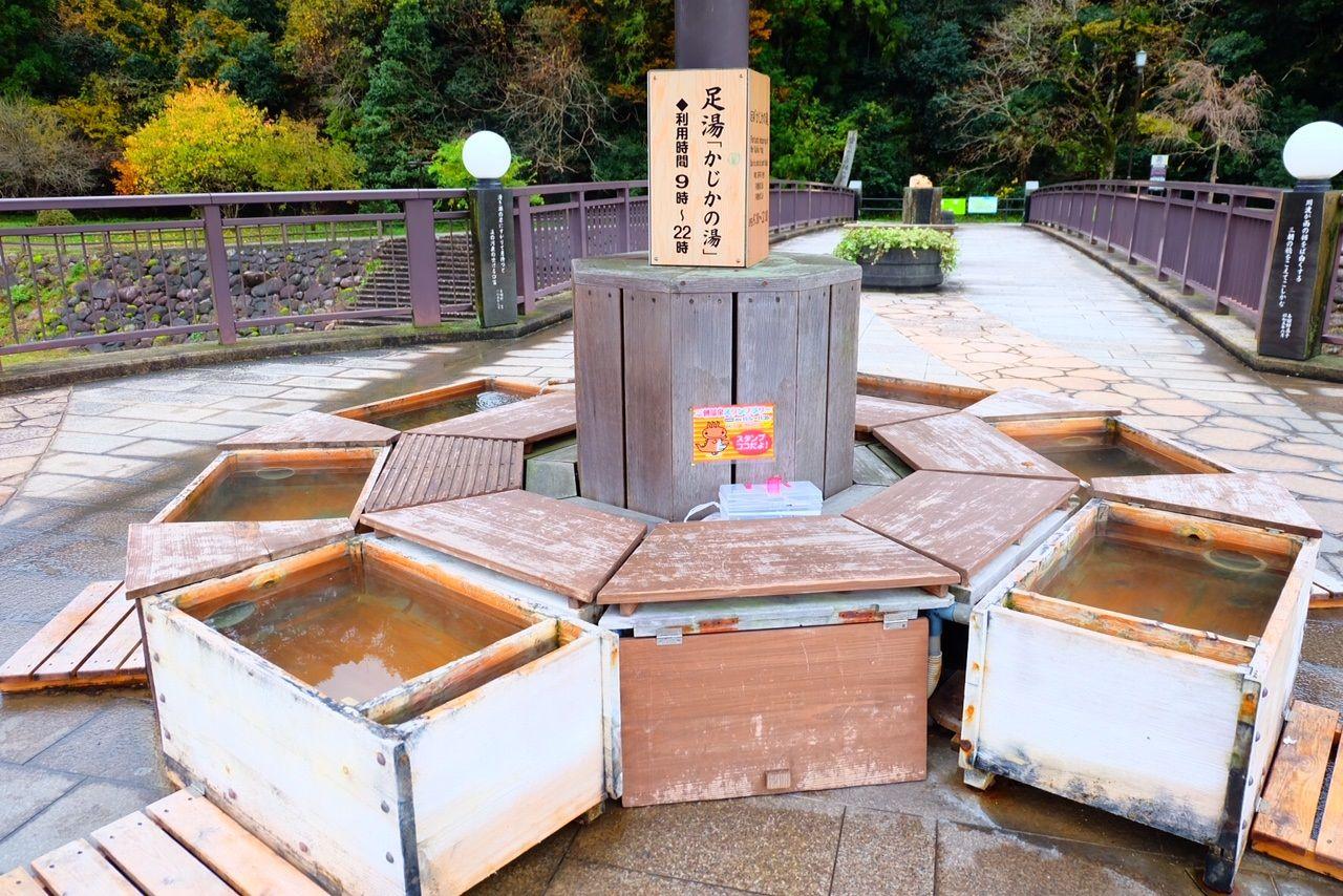 三朝川を望む橋の上の「かじか湯」