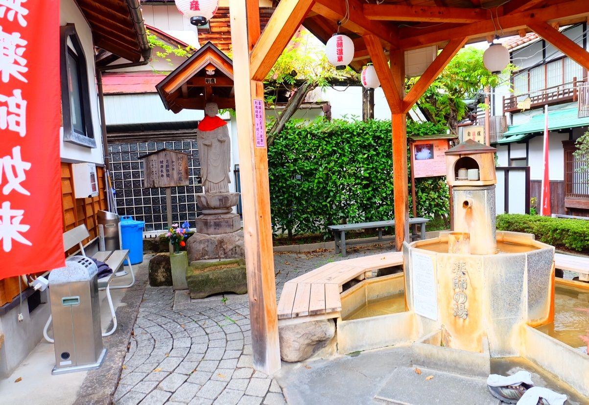 薬師堂に隣接する足湯&飲泉場