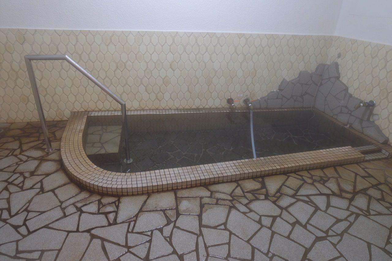 内湯はぬるめと熱めと2種類