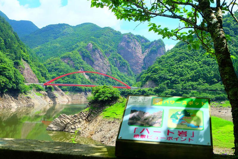 奇岩・赤いアーチ橋、ダムとの絶妙なコントラスト!