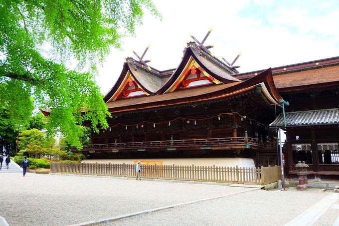 国宝指定の比翼入母屋造りの本殿と拝殿