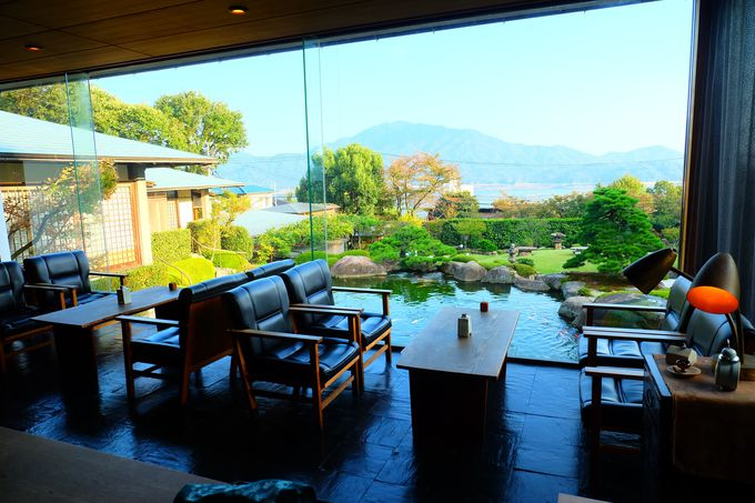 宮浜温泉の高台に建つ「庭園の宿 石亭」