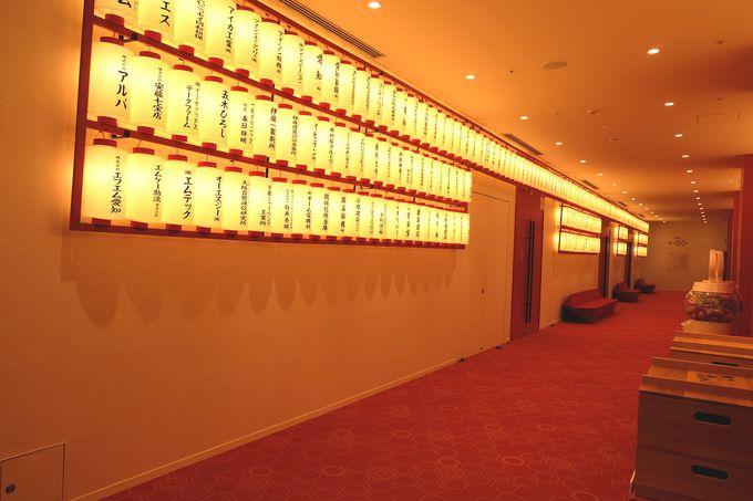 「御園座レッド」で統一された劇場