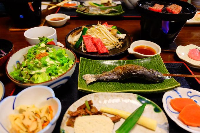 夕食は飛騨牛と朴葉味噌の朝食