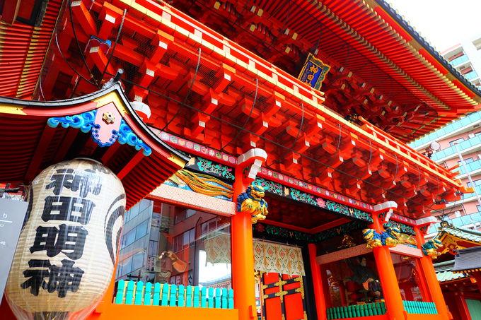 華やかな装飾も見事な朱色の随神門