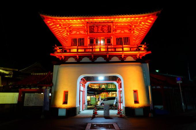 竜宮城の入口のような武雄温泉のシンボル「楼門」