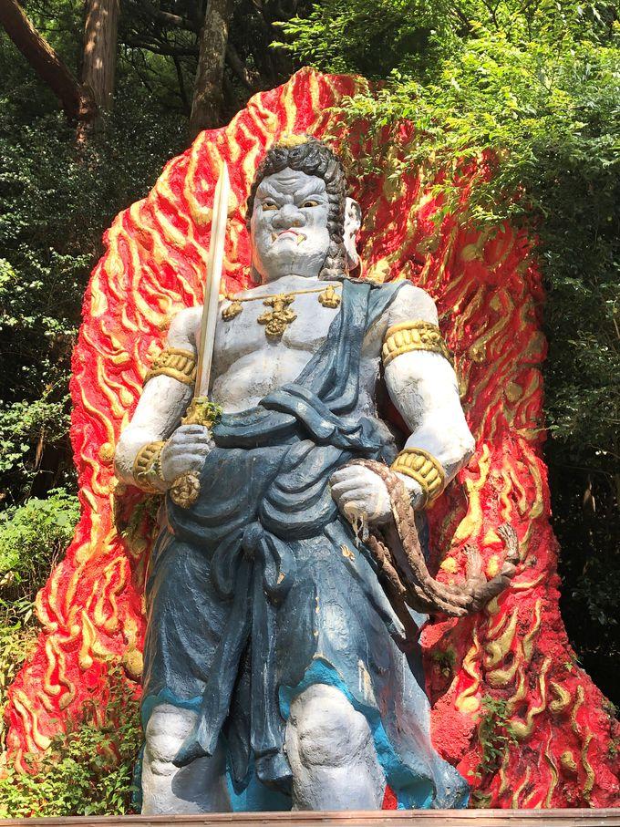 雷神様が宿る神木。その横には巨大な不動明王像も!