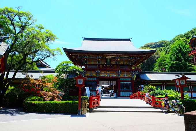 華やかな楼門と神楽殿
