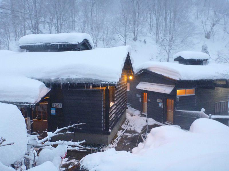 秘湯 乳頭温泉郷の「孫六温泉」で雪見の露天風呂に浸かる