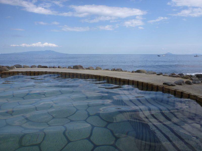海抜ゼロメートル! 晴れた日には伊豆大島を眺めながら入る絶景風呂伊豆半島北川の「黒根岩風呂」