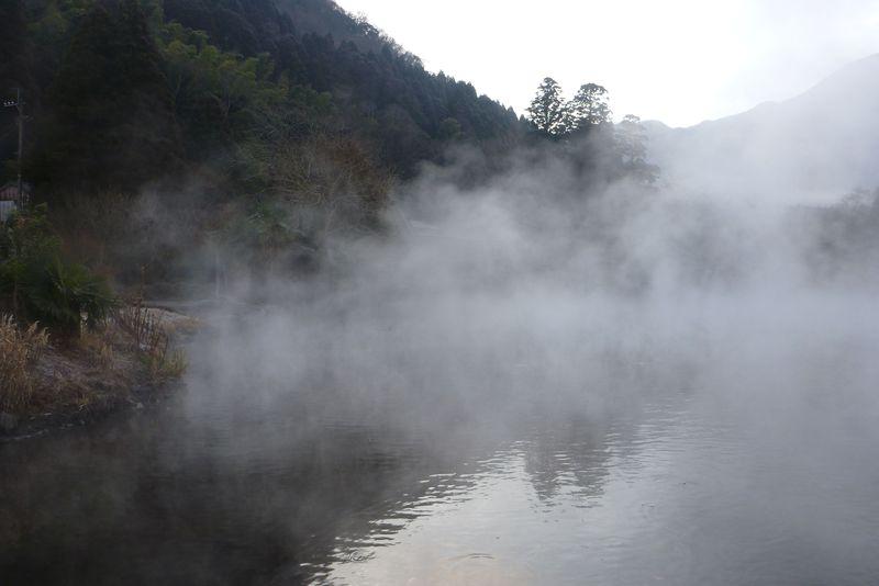 湯布院の観光名所、金鱗湖へのお散歩は冬の休日の朝イチがベスト♪