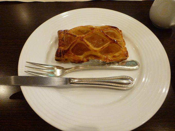 ホテルのカフェでできたてアップルパイ