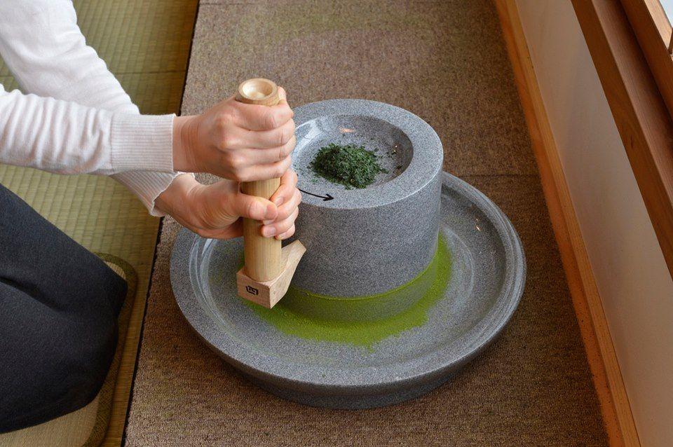 石臼で抹茶を挽いてみよう!