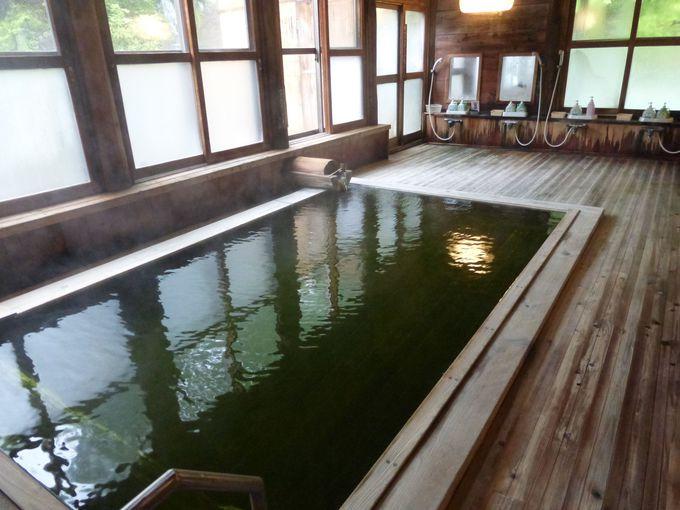 檜造りの内湯で五感を研ぎ澄まそう