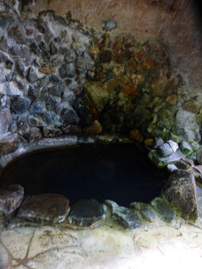 湯花の舞う濃厚な露天風呂