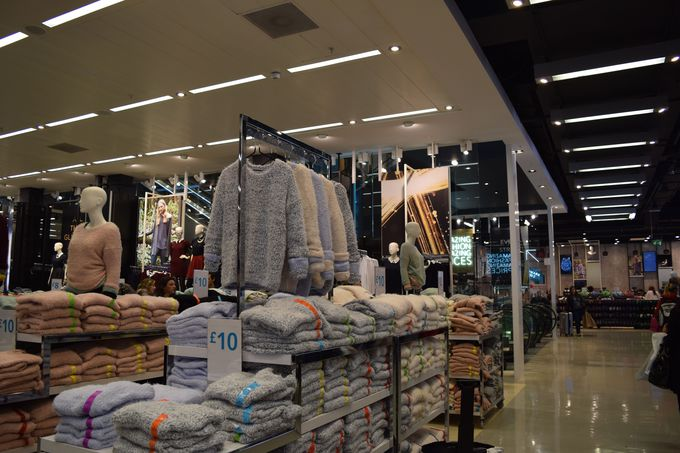 7.ファストファッションのお店で買い物をする
