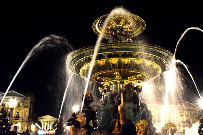 コンコルド広場の豪華絢爛な二つの噴水