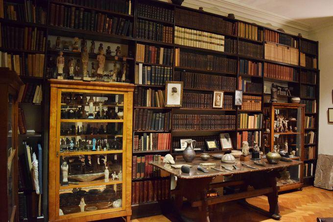 まるで博物館の中の博物館。フロイトの膨大なアンティーク・コレクション
