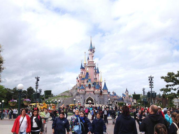 ピンク色でカワイイ♪眠れる森の美女の城