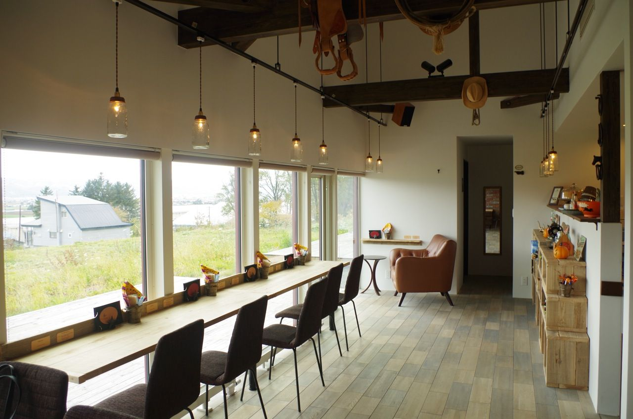 中富良野の高台に建つ赤いカフェ「cafe megusta」
