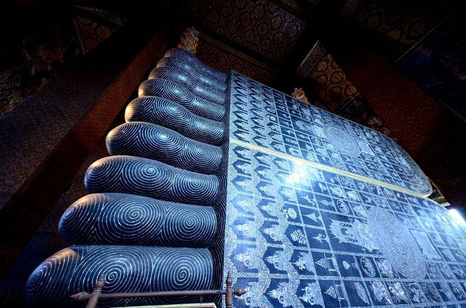 巨大な足の裏には、108つの宗教画