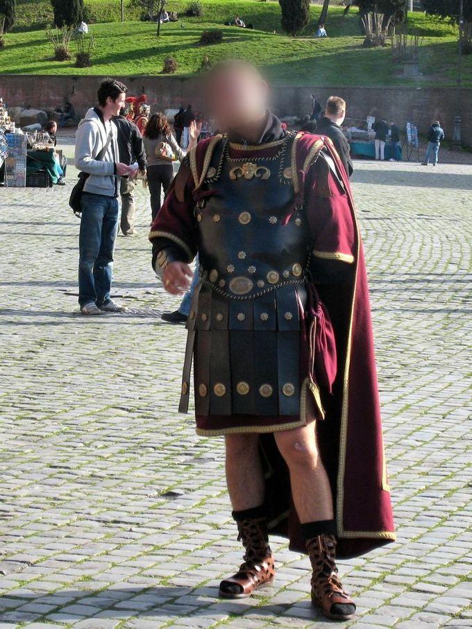 周囲には、剣闘士のコスプレイヤー