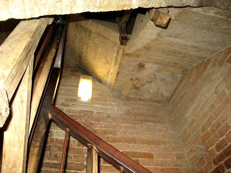 階段で登る、中世の塔