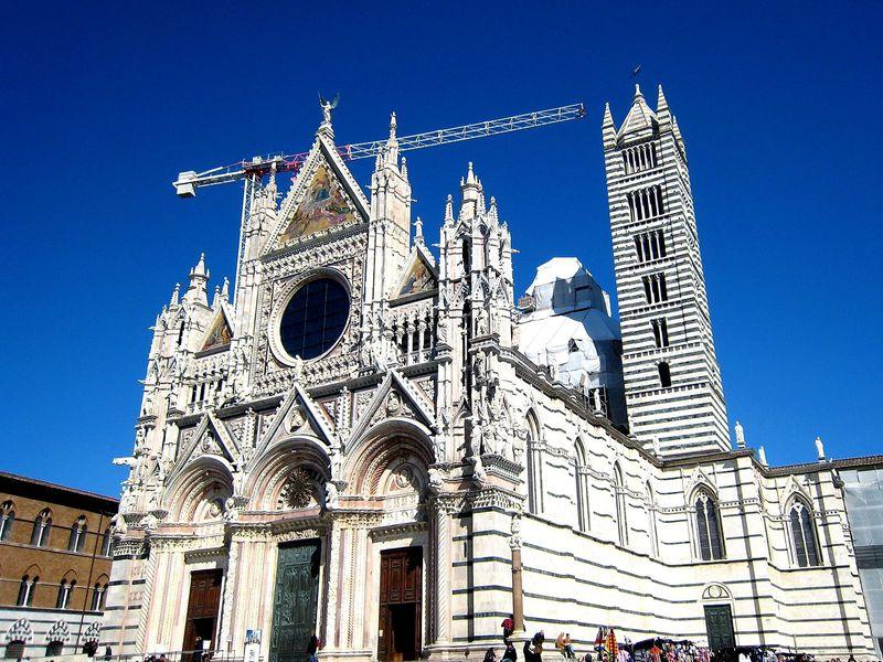 図書館のある大聖堂!イタリアの古都シエナのドゥオーモは大理石の縞模様!